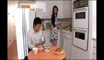 繼母穿圍裙做飯兒子居然硬了,亂倫、口交、母子成人影片、免費A片