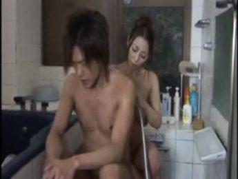 義母幫兒子洗澡慾火止不了,亂倫、口交、愛撫、熟母成人影片、免費A片
