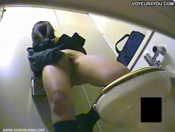 少女忍不住在廁所自慰起來,偷拍、素人、自慰成人影片、免費A片