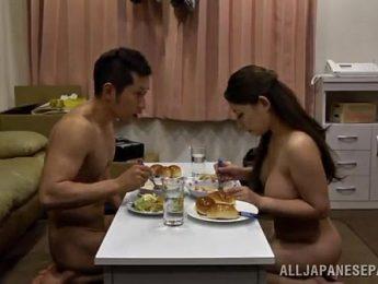 夫妻情趣吃飯吃一半幹起炮來,人妻、巨乳、愛撫成人影片、免費A片