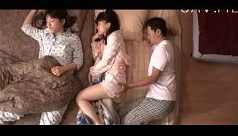 義父夜襲熟睡繼女 愛撫小穴摸摸得女兒以為作夢幹炮,亂倫、愛撫、熟睡成人影片、免費A片