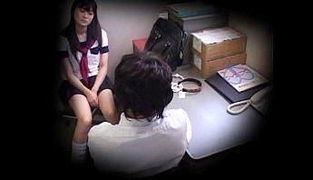 水手服女學生偷竊被抓只好肉償,口交、女學生、威迫成人影片、免費A片