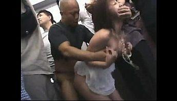 少女電車遇上痴漢集團無路可逃從後啪啪啪,強姦、痴漢、電車成人影片、免費A片