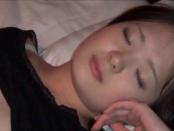 姊姊假裝睡著了,任憑弟弟摟抱撫摸親吻插入嫩穴!,不倫、亂倫、姊弟亂倫、愛撫、睡眠成人影片、免費A片