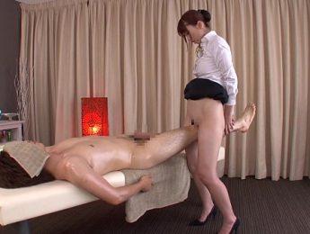 用腿按摩美女私處超爽的,按摩、按摩師、美女成人影片、免費A片