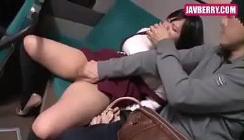 日本少女女學生電車上睡死被好色痴漢愛撫性侵犯 怎知少女變痴女口交口含肉棒,侵犯、痴漢、電車成人影片、免費A片