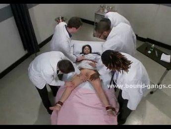 女護醒來被捆綁玩弄,女護士、約束、群交成人影片、免費A片