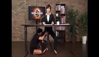 日本成人色情性愛深夜新聞報導 女主播報導中被神秘透明隱形人上下其手 口交弄小穴從後啪深插,女主播、新聞報導、隱形人成人影片、免費A片