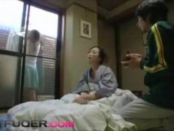女婿照顧生病的丈母娘,給她餵飯按摩擦身子..甚至,不倫、亂倫、愛撫成人影片、免費A片