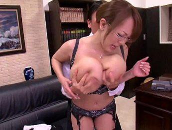 巨乳奶牛女秘書多用途,巨乳、愛撫、秘書成人影片、免費A片
