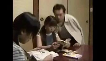 禽獸父親把女兒的朋友支開以後,強姦女兒,亂倫、強姦、父女成人影片、免費A片