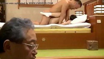 獸父強上幼女奪處女, 每天強姦當免費H妓女公公視以不見,日本背德亂倫很黃色很暴力家族,亂倫、女學生、眼鏡娘成人影片、免費A片