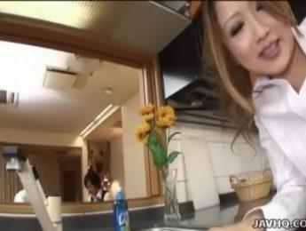 人妻在廚房跟丈夫的同事打砲,3P、人妻、兩穴插入、無碼、肛交成人影片、免費A片