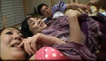 淫摩家族旅行溫泉旅館幼女JK高中女兒媽媽一起與爸爸4P,3P、亂倫、近親相姦成人影片、免費A片