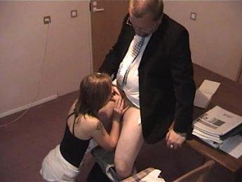 老闆跟女秘書直接在桌上做愛,口交、無碼、秘書成人影片、免費A片